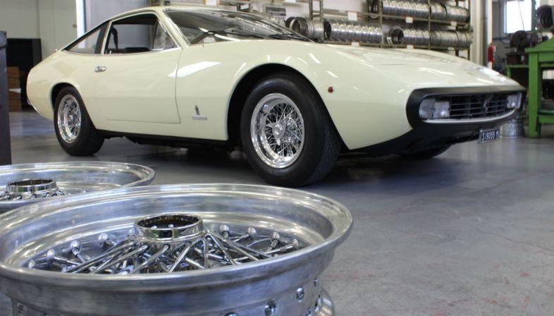 Ruote a raggi per una Ferrari 365GTC/4 al salone Auto e Moto d'Epoca di Padova